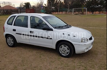 Foto Chevrolet Corsa Hatchback 1.6 Swing usado (2005) color Blanco precio $1.620.000