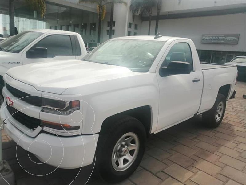 Foto Chevrolet Silverado 1500 LS, REG. CAB. 4X2 V6, AUTOMATICA CON RADIO AM/FM, usado (2017) color Blanco precio $340,000
