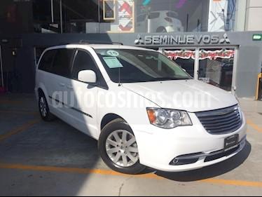 Foto venta Auto Seminuevo Chrysler Town and Country Touring 3.6L (2015) color Blanco precio $295,000