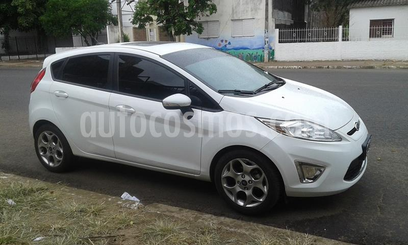 Ford Fiesta Kinetic Titanium usado (2013) color Blanco Oxford precio $525.000