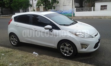 Ford Fiesta Kinetic Titanium usado (2013) color Blanco Oxford precio $445.000