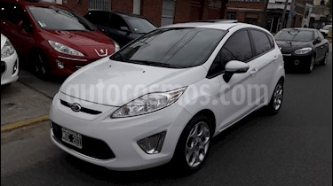 Ford Fiesta Kinetic Titanium usado (2013) color Blanco Oxford precio $449.000