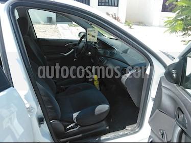 Foto Ford Focus Ambiente usado (2001) color Blanco precio $35,000