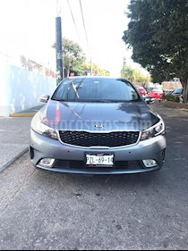 Foto venta Auto Seminuevo Kia Forte EX Aut (2018) color Gris Metalico precio $265,000