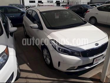 Foto venta Auto Seminuevo Kia Forte HB EX Aut (2017) color Blanco precio $213,000