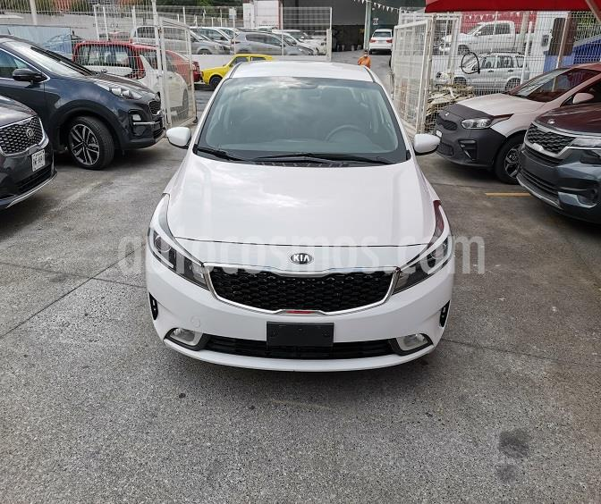 Kia Forte LX usado (2017) color Blanco precio $200,000