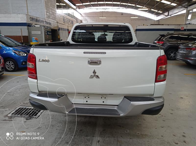 Foto Mitsubishi L200 4x2 2.4L Cabina Doble usado (2018) color Blanco precio $305,500