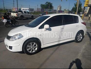 Foto Nissan Tiida Hatchback Visia usado (2014) color Blanco precio $375.000