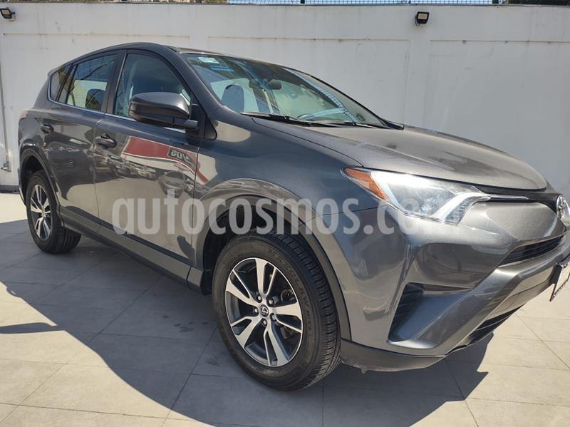 Toyota RAV4 LE usado (2018) color Gris precio $330,000