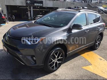 Foto venta Auto Seminuevo Toyota RAV4 SE 4WD (2017) color Gris precio $428,000