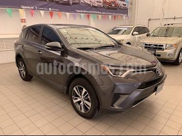 Foto venta Auto Seminuevo Toyota RAV4 XLE  (2017) color Gris precio $380,000