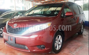 Toyota Sienna LE 3.3L usado (2013) color Vino Tinto precio $215,000