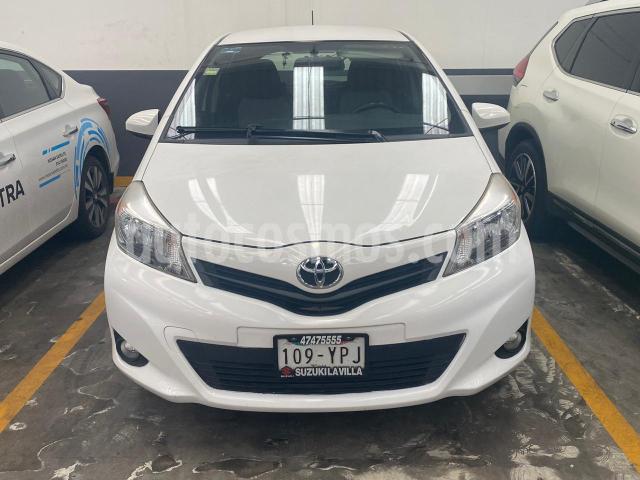 Toyota Yaris 5P HB PREMIUM TA A/AC. VE F. NIEBLA RA (CAMBIO DE usado (2012) color Blanco precio $135,000