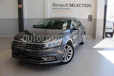 Volkswagen Passat 4p VR6 V6/3.6 Aut Cam/tr usado (2017) color Gris precio $235,000