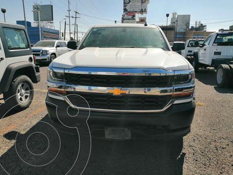 Chevrolet Silverado 1500 LS Cab Reg  A/A Radio Aut usado (2018) color Blanco precio $350,000