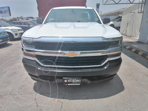 Chevrolet Silverado Cabina Regular 4X4 usado (2018) color Blanco precio $410,000