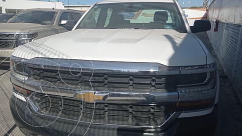Chevrolet Silverado 4x2 Doble Cabina LS usado (2017) color Blanco precio $430,000