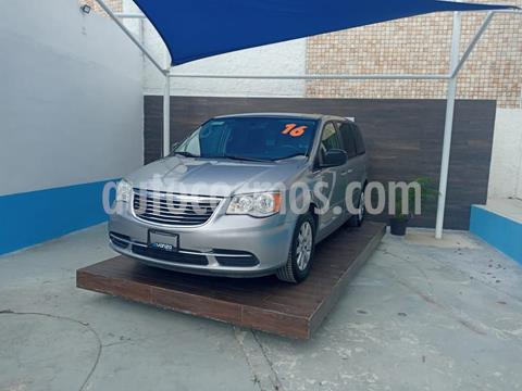 Chrysler Town and Country Touring 3.6L usado (2016) color Granito precio $270,000