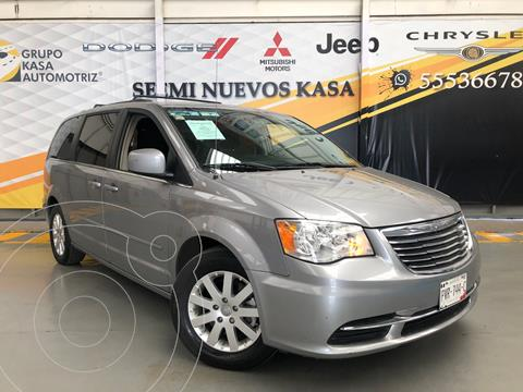 Chrysler Town and Country Touring 3.6L usado (2016) color Plata Dorado precio $280,000