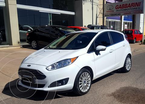 Ford Fiesta Kinetic Titanium Powershift usado (2015) color Blanco precio $1.325.000