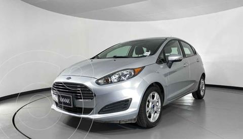 Ford Fiesta Sedan Version usado (2015) color Plata precio $154,999