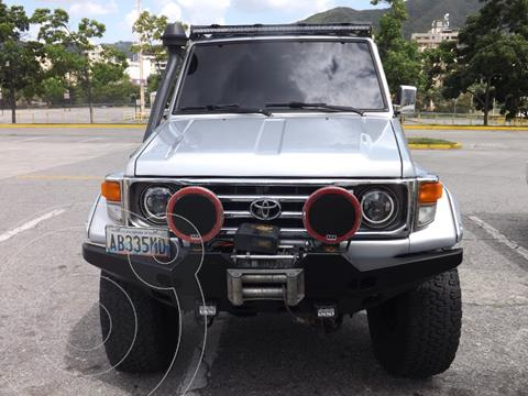 Toyota Land Cruiser 4x4 usado (2007) color Plata precio u$s1.800