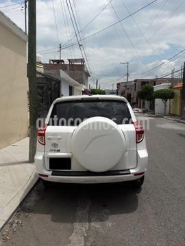 Toyota RAV4 2.4L Base 3a. fila de asientos usado (2011) color Blanco precio $173,000